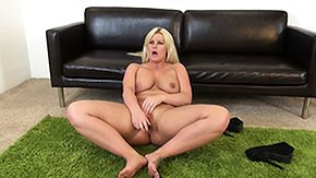 Julie Cash High Definition sex Movies Julie Ripping toys their way twat on the floor and licks retire from their way juices